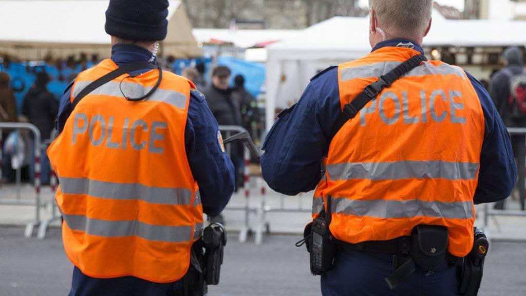 Polizisten beobachten das Geschehen am Berner Zibelemärit.
