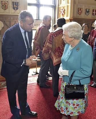 Sogar Queen Elisabeth II. hat schon Schiesser-Pralinés probiert. 2016 überreicht von Tattoo-Chef Erik Juillard. Bild: Erik Juillard