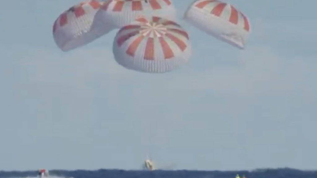 Nach etwa einer Woche im All ist eine privat finanzierte US-Astronautenfähre von der Internationalen Raumstation ISS auf die Erde zurückgekehrt.