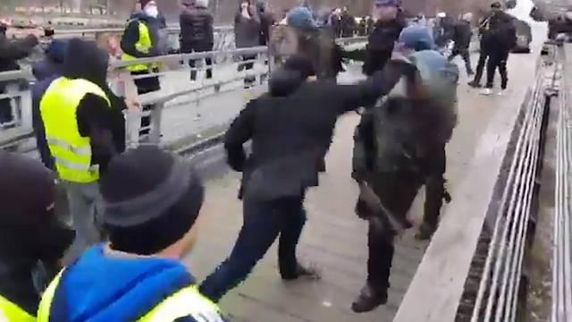 Ex-Boxer schlägt auf Polizei ein