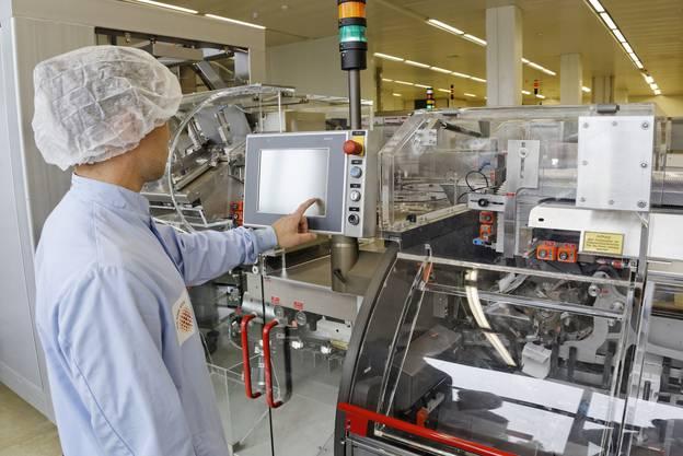 «Neue Produkte» Novartis ist zuversichtlich, im Jahr 2014 durch Patentabläufe entstehende Umsatzlücken mit Erlösen aus der neuen Generation von Medikamenten zu füllen. Positive Zulassungsentscheide und Studiendaten in 2013 unterstreichen die branchenführende Produktivität von Forschung und Entwicklung bei Novartis sowie das Potenzial der Pipeline. Der Schweizer Standort wird bei den Forschungs- und Entwicklungsaktivitäten von Novartis weiterhin eine tragende Rolle spielen. Der Konzern beabsichtigt, auch in Afrika zu wachsen (die bz berichtete). (STS)