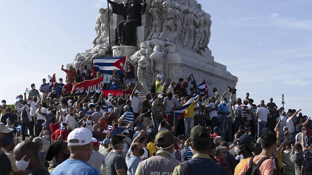 Anti-Regierungs-Demonstranten versammeln sich am Maximo-Gomez-Denkmal in Havanna, Kuba. Foto: Eliana Aponte/AP/dpa