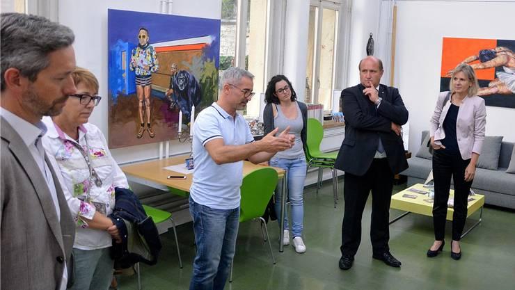 Regierungsrätin Brigit Wyss (r.) und Gemeindepräsident Peter Hodel (2. v. r.) im Atelier von Salvatore La Cola (3. v. l.)