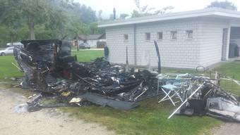 Der Wohnwagen ist komplett ausgebrannt.