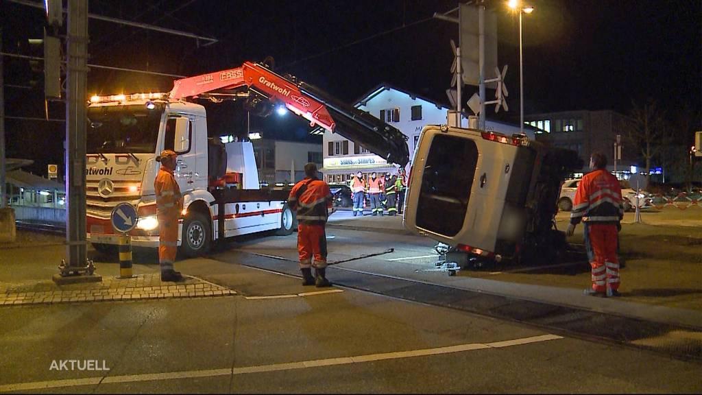 Berikon: Lieferwagen kippt nach Kollision auf Gleis
