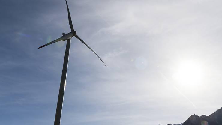 Der Bundesrat will Fördermassnahmen für erneuerbare Energien - wie etwa Windenergieanlagen - durch Lenkungsabgaben ersetzen. (Symbolbild)
