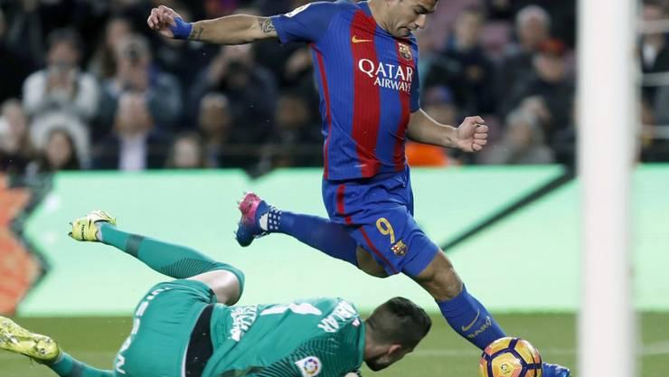 Barcelona-Stürmer Luis Suarez bezwingt Gijon-Hüter Ivan Cuellar zum 2:0
