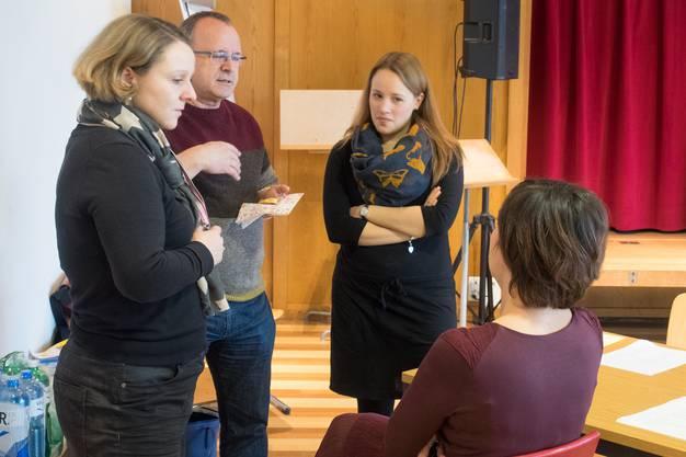Wer passt für welche Rolle. Die Theatermacher im Gespräch. Von links: Bettina Uhlmann, Rolf Wild, Claudia Urbani und Karin Berry