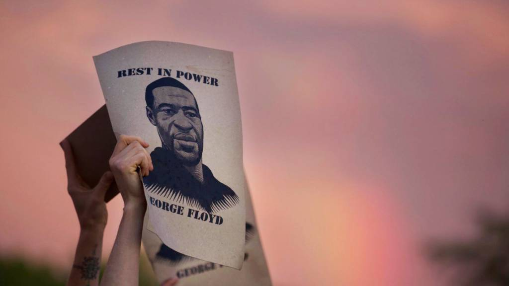 ARCHIV - Protest in Minneapolis mit einem Porträt von George Floyd. Foto: Christine T. Nguyen/Minnesota Public Radio/AP/dpa