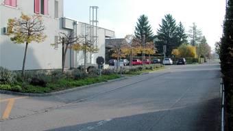 Das Bild zeigt den Standort der geplanten Unterflurglassammelstelle bei der Migros (hinterer Bereich der Rabatte). zvg