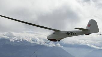 Im Unterschied zum Schleppflugzeug konnte das Segelflugzeug unversehrt in Mollis landen. Im Bild wird ein altes Segelflugzeug an einem Seil hochgezogen. (Archiv)