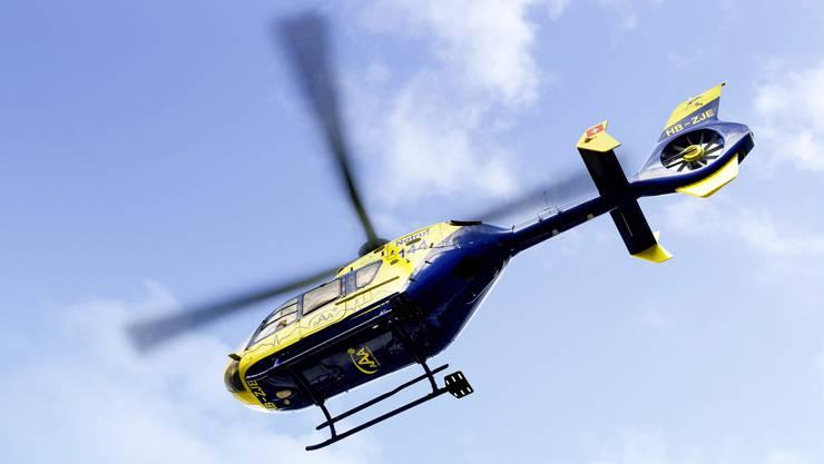 Ein aufgebotener Rettungshelikopter der «Alpine Air Ambulance» brachte den Rollerfahrer umgehend ins Spital. (Archivbild)