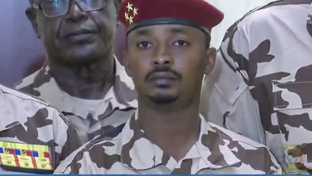 HANDOUT - Mahamat Idriss Déby Itno nimmt unmittelbar nach dem Tode seines Vaters an einer Militär-Übertragung im Fernsehen teil. Foto: Tele Tchad/AP/dpa - ACHTUNG: Nur zur redaktionellen Verwendung im Zusammenhang mit der aktuellen Berichterstattung und nur mit vollständiger Nennung des vorstehenden Credits