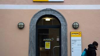 Fast jede zweite Poststelle im Kanton Graubünden soll verschwinden. Das sagt die Gewerkschaft Syndicom mit Verweis auf Informationen von der Schweizerischen Post. (Symbolbild)