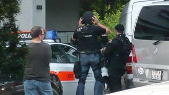 Sondereinsatz: Rund 20 Polizisten umstellten die Liegenschaft.