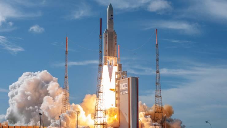 ARCHIV - Eine Rakete vom Typ Ariane 5 startet. Der neue Starttermin für die europäische Trägerrakete Ariane 5 steht fest. Foto: ---/ESA/ZUMA Wire/dpa - ACHTUNG: Nur zur redaktionellen Verwendung und nur mit vollständiger Nennung des vorstehenden Credits
