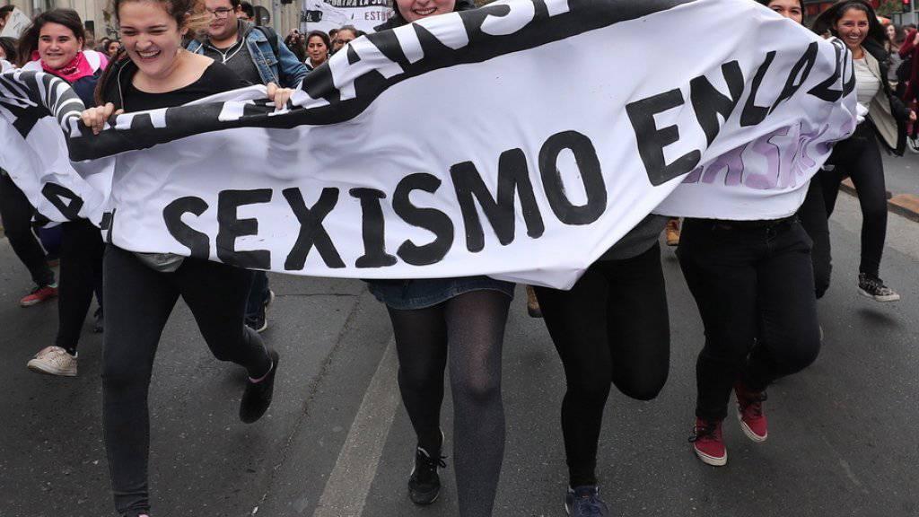 Demonstrantinnen protestieren in der chilenischen Hauptstadt Santiago gegen sexuellen Missbrauch.