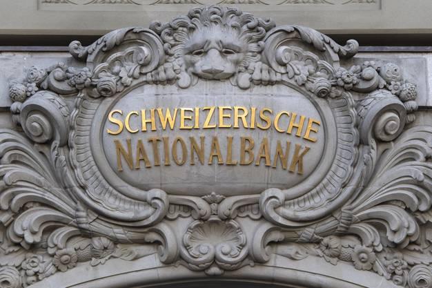 Fassade der Nationalbank am Bundesplatz in Bern: Ihre Devisenreserven sind auf fast 770 Milliarden Franken angeschwollen. Vor zehn Jahren waren es noch 100 Milliarden. (KEYSTONE/Anthony Anex)