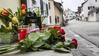 An der Unglücksstelle in Liesberg legten viele Menschen Rosen nieder und zündeten Kerzen an.