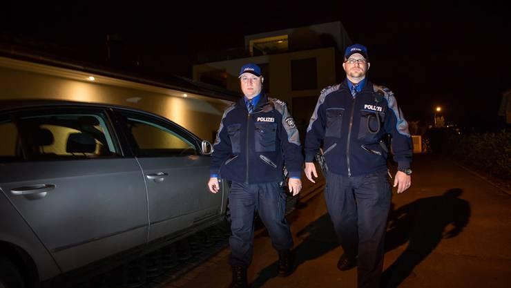 Christian Kämpf von der Regionalpolizei Lenzburg (links) und sein Kollege Patric Nussli (Repol Seetal) auf Patrouille in Seengen.