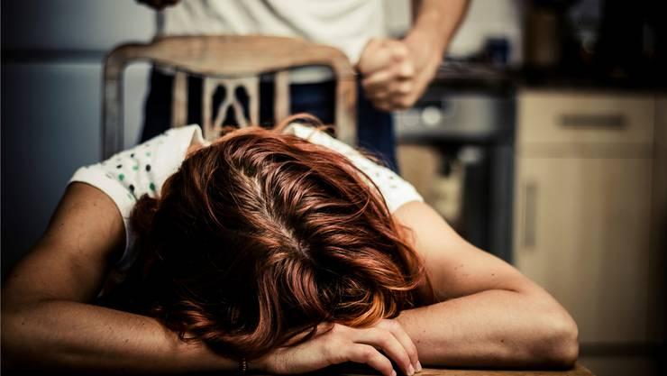 Laut den Ausführungen der Frau soll ihr Mann sie über Jahre misshandelt und unterdrückt haben. Vergewaltigung und Gewalt hätten zum Alltag ihres Ehelebens gehört. (Symbolbild)