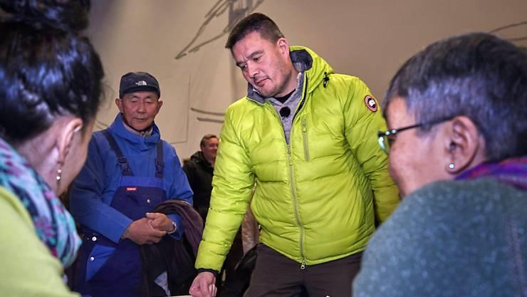 Das während der Corona-Krise für Grönlands Hauptstadt Nuuk beschlossene Alkoholverbot soll nach den Worten von Regierungschef Kim Kielsen (Mitte) Kinder vor Gewalt schützen.  (Archivbild)