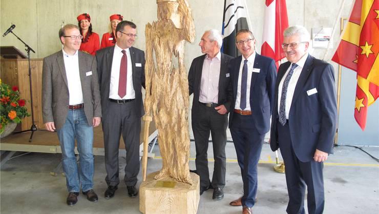 Die Holzskulptur «Justitia» ist enthüllt: Andreas Grossen, Franco Mazzi, Andreas Kuhnlein, Urs Hofmann und Roland Brogli (v.l.). Heidi Rombach