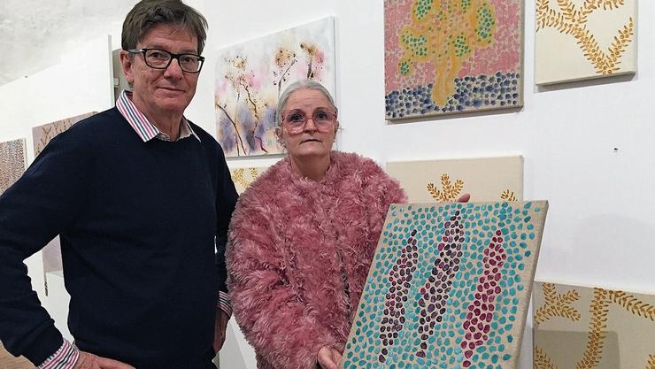 Künstlerin Marianne Gnehm mit Galerist Carlo Mettauer.