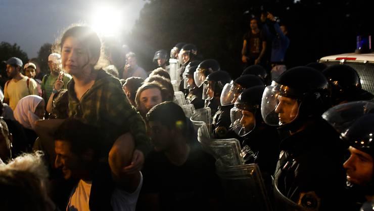 Polizisten hinderten Flüchtlinge am Freitagabend an der Grenze zwischen Slowenien und Kroatien am Übertritt. Die Polizei setzte auch Tränengas gegen die Menge ein.