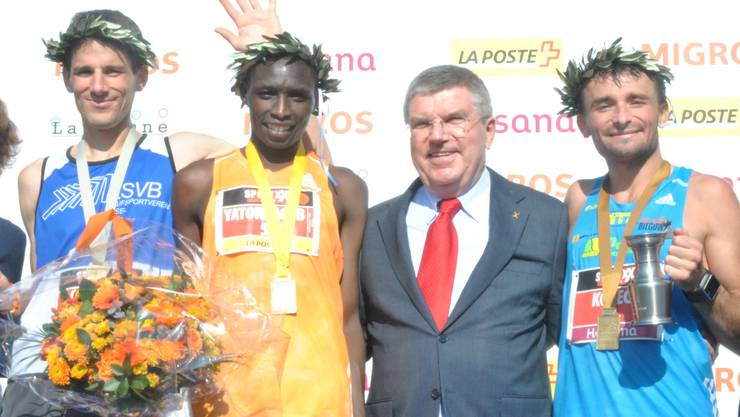Lukas Oldani (ganz links) feiert seinen zweiten Platz zusammen mit IOC Präsident Thomas Bach.