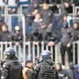 Zwei Dutzend Halbstarke überstiegen im Luzerner Fussballstadion nach 68 Minuten die Abschrankungen.