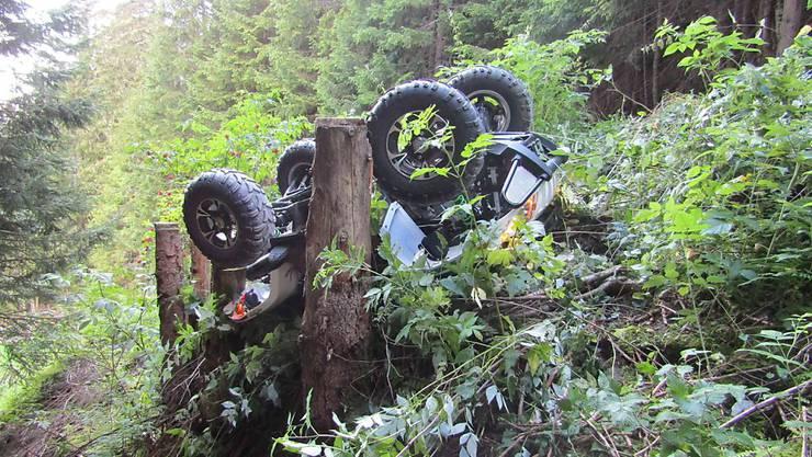 Im Sernftal ist ein Quad-Fahrer ums Leben gekommen. Der 45-Jährige kam im Mühlebachtal von der Strasse ab - woraufhin sich sein Gefährt überschlug und im angrenzenden Steilbord zum Stillstand kam.