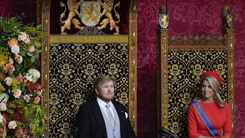 Willem-Alexander, König der Niederlande, eröffnet das parlamentarische Jahr mit einer Rede. Wegen der Corona-Maßnahmen waren am traditionellen «Prinsjesdag» erneut die traditionelle Kutsch-Fahrt des Königspaares durch die Stadt sowie die Balkon-Szene der Familie gestrichen worden. Foto: Peter Dejong/AP/dpa