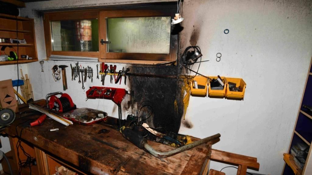 Bei einem Brand in einer Werkstatt ist am Freitag in Heerbrugg ein 15-Jähriger leicht verletzt worden.