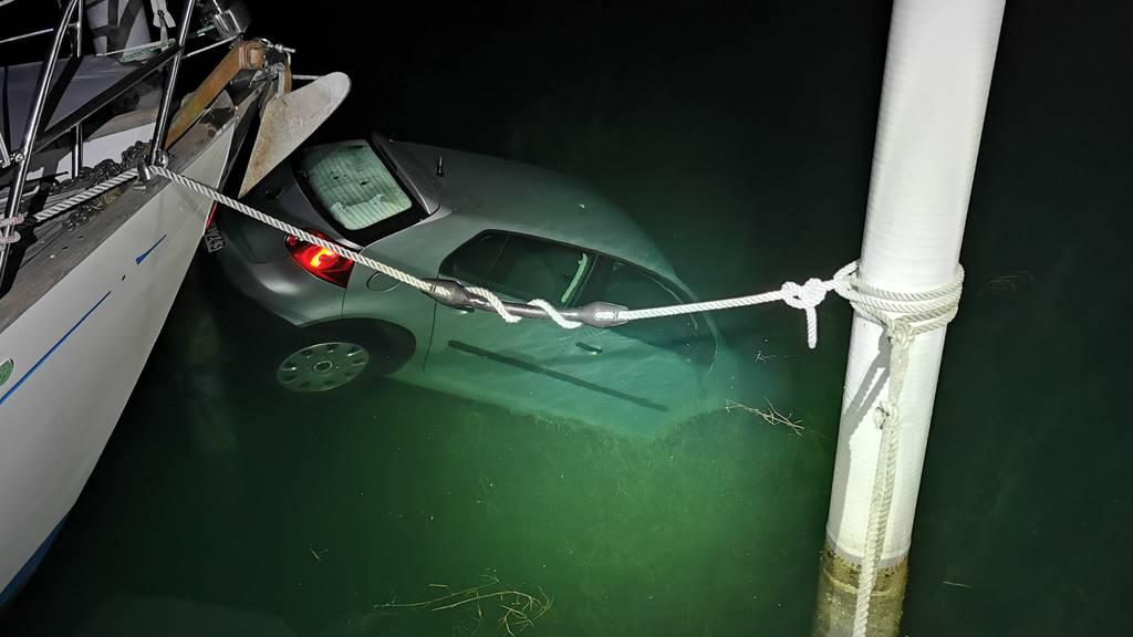 Feuerwehr muss VW Golf aus Bodensee ziehen