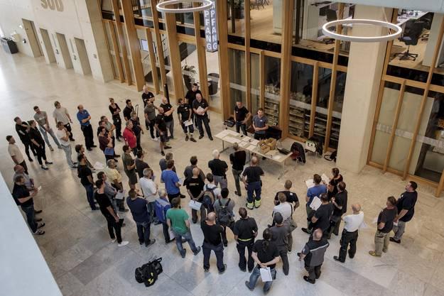 Am grössten Standort der Fachhochschule Nordwestschweiz gab es einen «Black out»-Test. Hier erhalten die Teilnehmer im Atrium die letzten Instruktionen.