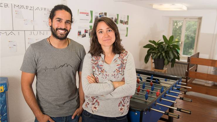 Marvin Kingsley und Caterina Cecconi beraten im Jugendbüro in Mellingen Jugendliche.