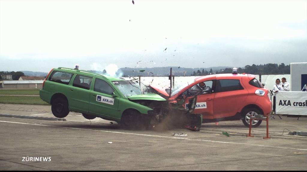 Axa-Crashtests zeigen neue Unfallrisiken mit E-Autos