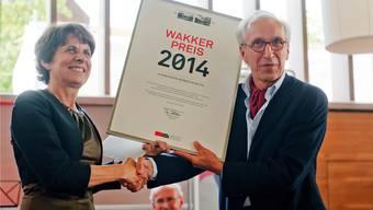 Stadtpräsidentin Urech nimmt von Philippe Biéler, Heimatschutz-Präsident, den Wakker-Preis entgegen.