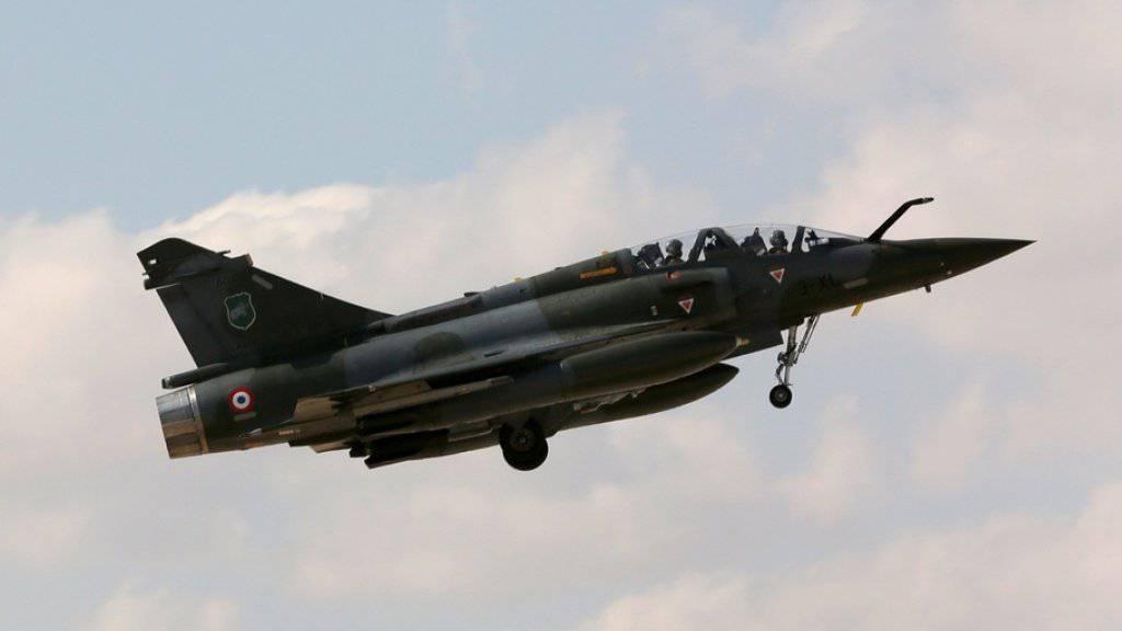 Eine französische Mirage 2000D in der Luft - eine solche Maschine verschwand am Mittwoch vom Radar, es wurden Trümmerteile nahe der Schweizer Grenze gefunden. (Archivbild)