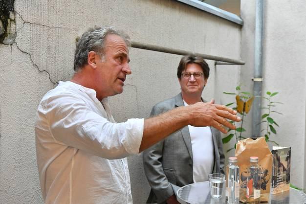 Kunstpreisträger Alex Capus mit seinem Schulfreund und Verleger Thomas Knapp. (Archivbild)
