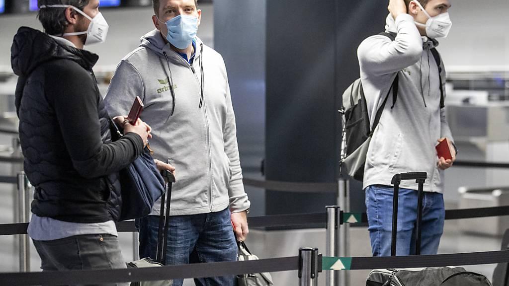 Einchecken für die WM: Nationaltrainer Michael Suter am frühen Donnerstagmorgen in Zürich vor dem Abflug nach Ägypten