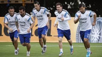 Lionel Messi (Zweiter von rechts) und seine Teamkameraden spielen gegen Bosnien