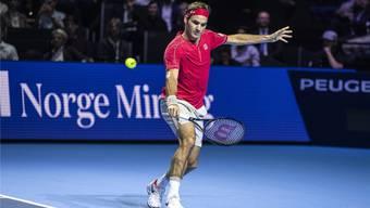 Maximaler Imagetransfer: Roger Federer spielt in der St.Jakobs-halle vor dem Logo der Norge Mining.