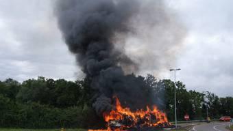 Lastwagen mit Strohladung fängt Feuer