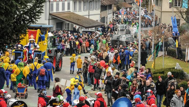 Tausende von Zuschauerinnen und Zuschauern stehen am Strassenrand
