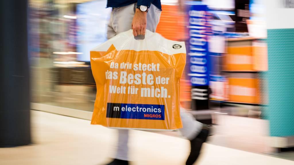 Bei Coop, Migros und Co. zahlt man ab Januar für Plastiksäcke