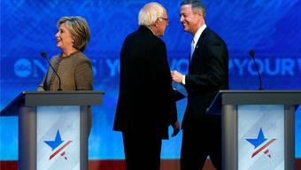 Schlug sich souverän gegen ihre Kontrahenten: Clinton, Sanders, O'Malley (v.l.).Key