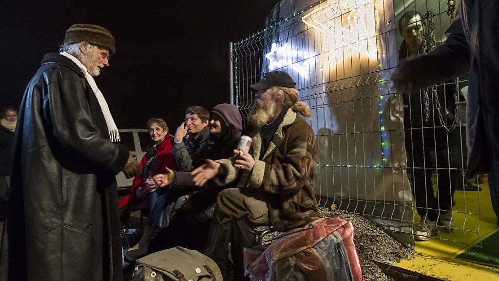 Ein Herz für Benachteiligte: Pfarrer Ernst Sieber begrüsst 2012 Obdachlose und Gäste im Zürcher Pfuusbus.