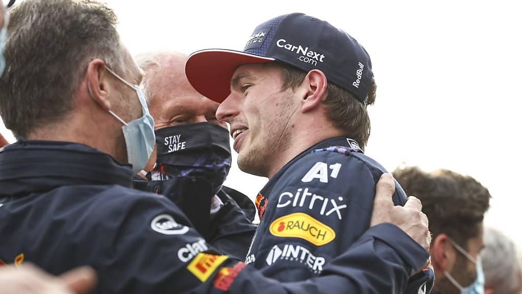 Max Verstappen feiert mit Teamchef Christian Horner seinen zwölften Sieg in der Formel 1.
